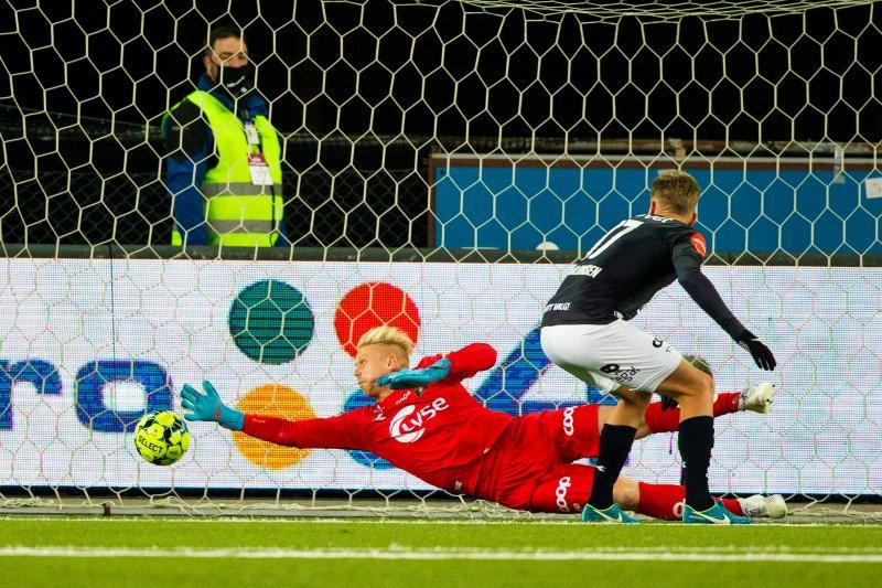 Arild Østbø i full strekk, men han greide ikke avverge scoringen til Bakenga. Foto: Trond Reidar Teigen / NTB