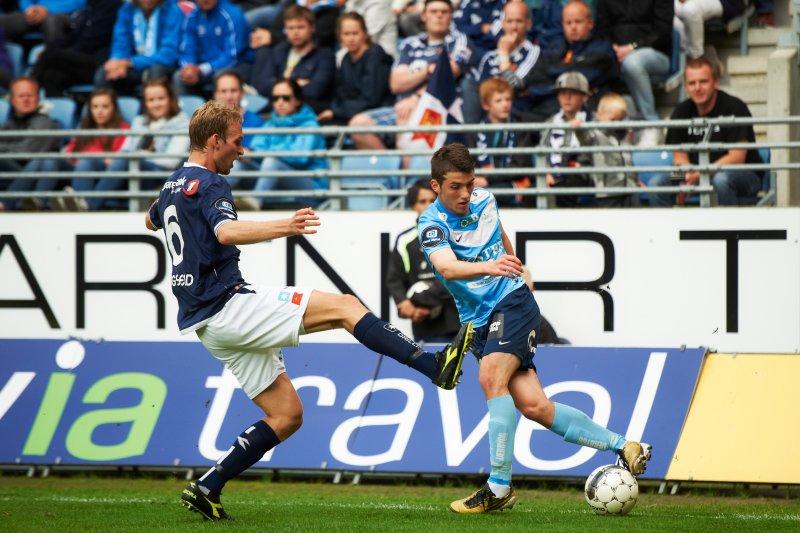 Håkon Skogseid i duell med 15 år gamle, lekne Zymer Bytyqi. Foto: Kent Skibstad / NTB scanpix