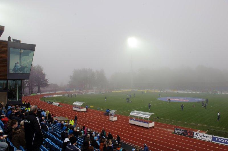 Tåken kom sigende over Sandnes stadion. Foto: Kent Skibstad / Scanpix