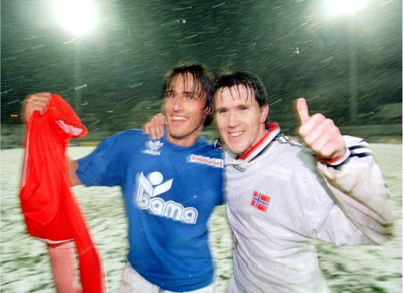 Målscorerne Gunnar Aase og Øyvind Leonardsen jubler sammen etter 2-0 seieren over Luxemburg. Foto: NTB Scanpix