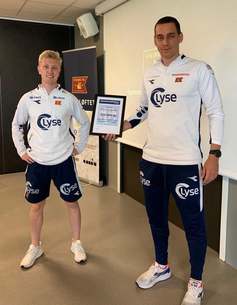 Stig Vik Nedrebø, trener, og Eirik Terøy, leder for samarbeid og Fotballøftet.