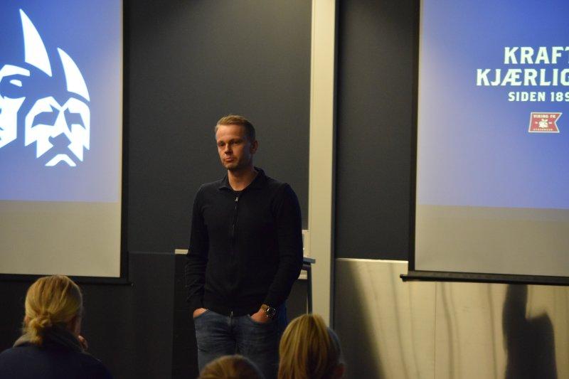 Erik Nevland fortalte om historien til damelaget.
