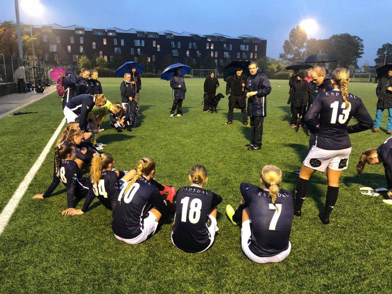 Det ble til slutt spilt kamper i fjor. Og jentene gikk helt til topps i den lokale U20-serien.
