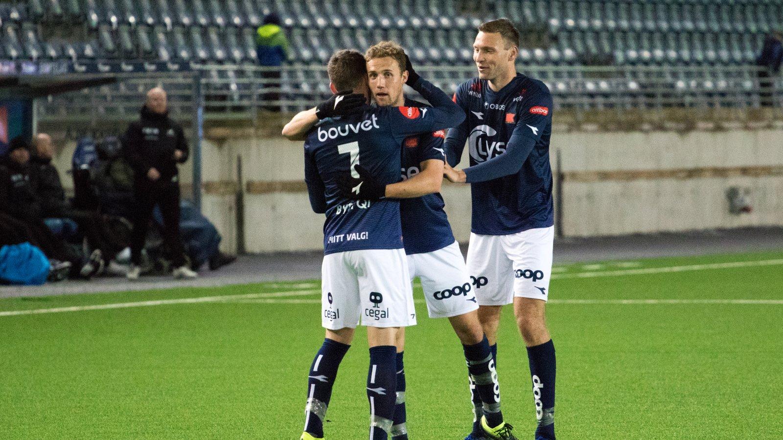 Viking - Haugesund. Innbytter Zymer Bytyqi gratuleres av Fredrik Torsteinbø og Runar Hove etter scoringen. Foto: Sander Selsvik Jacobsen