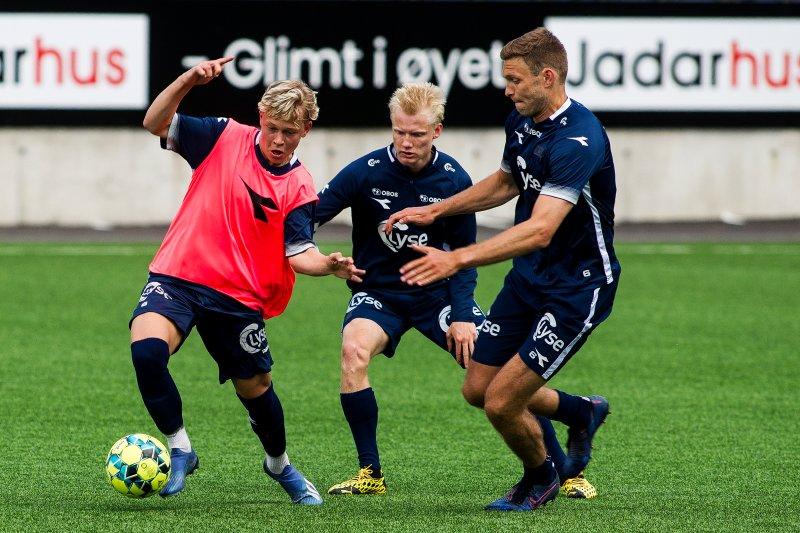 Sondre Auklend er ingen enkel mann å ta ballen fra. Her gjør Harald Nilsen Tangen og Runar Hove et forsøk. Foto: Carina Johansen / NTB scanpix