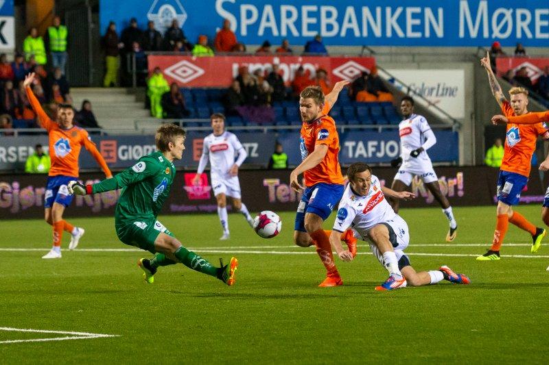 Tommy Høiland scoret to ganger i den viktige kampen. Foto: Svein Ove Ekornesvåg / NTB scanpix