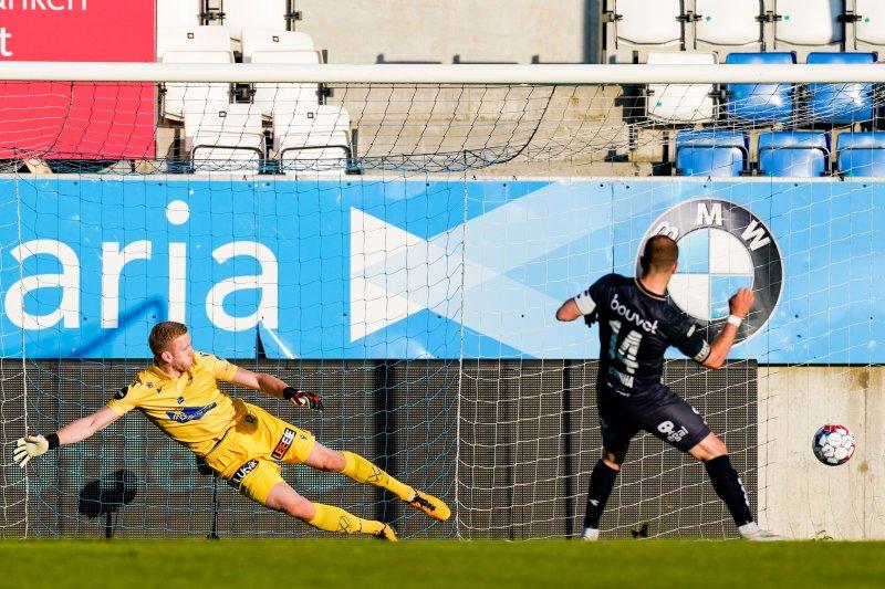 Veton Berisha setter straffe bak hjemmelagets målvakt Egil Selvik og utligner til 1-1. Foto: Jan Kåre Ness / NTB